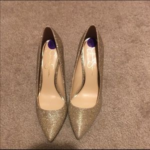 Sparkly gold pumps 💕